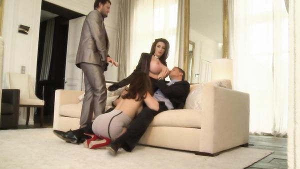Le mari et la femme une prostituée et amener un ami pour la pénétration dans le groupe