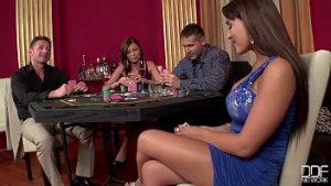 Ils Parient Qu'ils Ont Des Relations Sexuelles S'ils Perdent Au Poker Avec Des Hommes Et Des Tours Virils