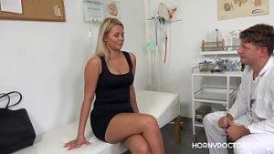 Le Médecin Masse Ses Seins Fermement De La Jeune Blonde Et Veut Du Sexe Sur La Table