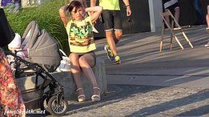 Des Photos De Jeunes Mères Sans Culotte Dans Le Parc Sont Accrocheuses
