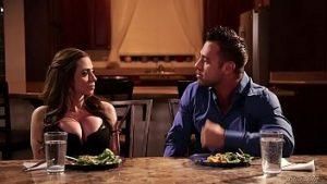 Le Sexe Brutal Et Dur Avec Ariella Ferrera Pénétré Sur La Table De La Cuisine