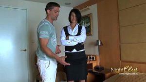 La Belle Réceptionniste Conduit Le Client Dans La Salle Pour Une Fête Amoureuse