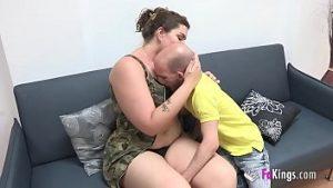 Monica Une Graisse Incroyable Avec Piercing Dans La Langue Fait L'amour Avec Un Nain